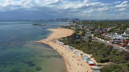 Melbourne, Australia - 16 novembre 2018: video aereo 4k di Brighton Bathing Boxes, con Melbourne CBD sullo sfondo. Filmati Stock