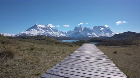 Патагония : 4k rising shot of mountains and lake in Torres del Paine National Park in Chile