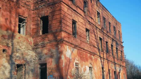 visszaad : The old burnt-out abandoned red-brick building without windows and doors. pan