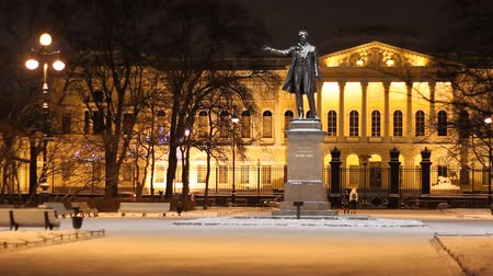 mês : St. Petersburg, The Russian Museum and The Pushkin monument at night