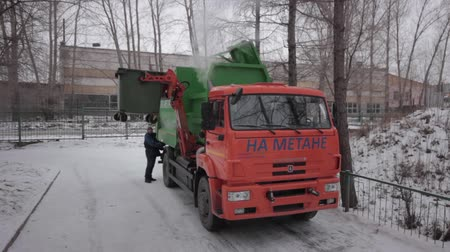 барахло : garbage truck loads trash into the back Стоковые видеозаписи