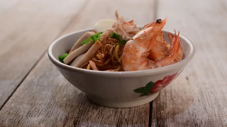 шалот : asian prawn noodle Стоковые видеозаписи