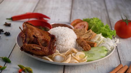 poulet au curry : nasi lemak ayam penyet, plat malaysien traditionnel