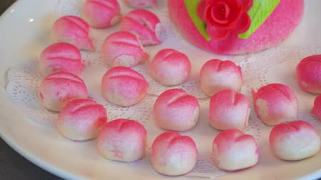 uzun ömürlü : A peach-shaped birthday bun known as the Longevity Peach.Chinese specialty pastry Stok Video