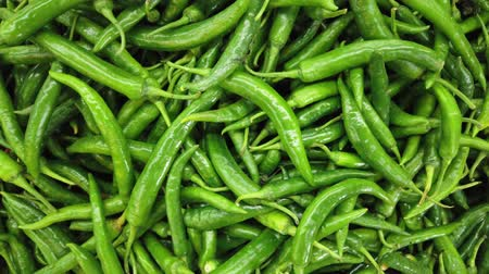 groene pepers : Groene chilipepers in markt Stockvideo