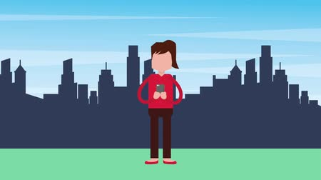 telefonda : woman with mobile sitting chatting media in the city animation hd Stok Video