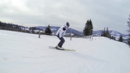 estância turística : Motion camera view of skier is riding in the mountains