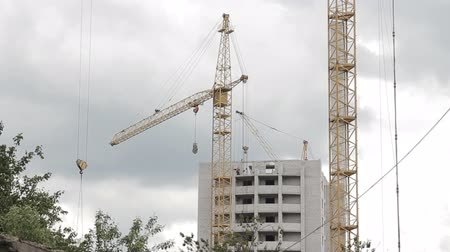 épít : construction of a new house in the city with the help of a crane