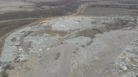 kompakt : A large landfill of polluting the environment. Aerial surveys of polluted territory. Stok Video