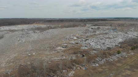 buldozer : A large landfill of polluting the environment. Aerial surveys of polluted territory. Stok Video