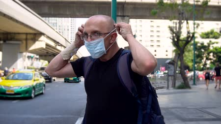 pŁuca : Man Protecting Himself Against Pollution With Mask in Bangkok, Thailand - January, 2019