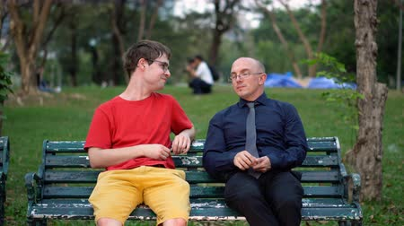 рукав : Friends Accidentally Meeting At Park And Then Chatting on Park Bench