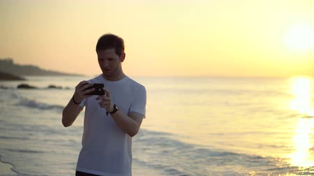 conectado : Tourist Taking Selfies With Phone At Tropical Island Beach Paradise During Sunset