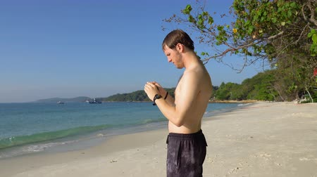 обрамление : Amateur Photographer Taking Holiday Photos of Tropical Island Beach With Digital Camera Стоковые видеозаписи