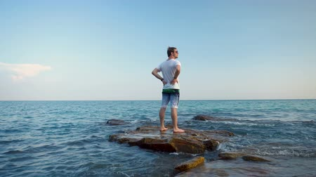 zoufalý : Tourist is Lost and Stranded Alone on Small Rock Island in Middle of Ocean