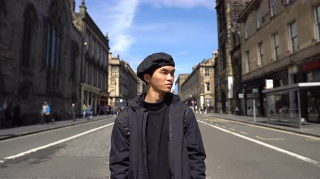 посещающий : Asian Tourist Visiting Edinburgh, Scotland - Sightseeing and Looking at Landmarks