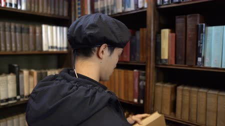 dedicado : Taking Old Book Out of Shelf in Historic Library Vídeos