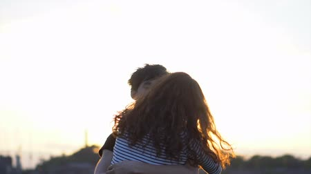 contato com os olhos : Love Couple Hugging and Kissing During Sunset Vídeos