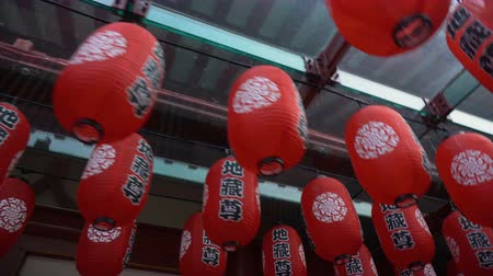 Çin mahallesi : Many Red Paper Lanterns in Chinese Temple - Gimbal Walking While Rotating Stok Video
