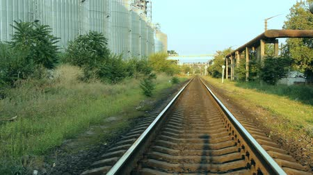 транзит : the railway passes near the grain elevator of the terminal at sunset of a summer sunny day Стоковые видеозаписи