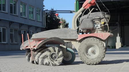 süpürge : a manual machine for cleaning and sweeping streets is in the yard