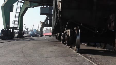 minério : freight cars are waiting for loading in a seaport under cranes Vídeos
