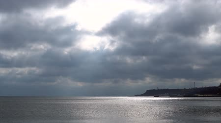 среда : Accelerated firing. Time Lapse. Ocean landscape. The sea horizon. Cloudy sky over the ocean. Coast of the ocean.