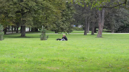 rekreasyon : The girl with a dog in the park