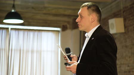 hangszóró : Senior Lecturer Coaching Business Team. Public speaker giving talk at Business Event Stock mozgókép