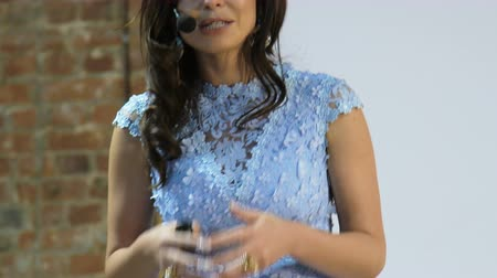 analiz : closeup Smiling Senior Lecturer Coaching Business Team. Public speaker giving talk at Business Event Stok Video