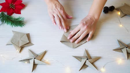 dobrável : Time lapse woman hands folding origami paper star for Christmas decoration Vídeos