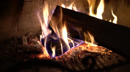 şömine : closeup of burning wood in traditional brick fireplace in the dark