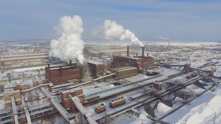 диоксид : aerial view of smoke coming from factory chimneys Стоковые видеозаписи