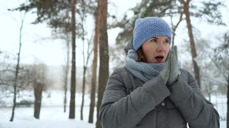 zmrazit : adult woman freezing on snowy day in winter Dostupné videozáznamy