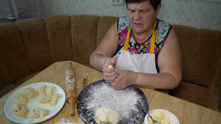 пюре : senior woman cooking in the kitchen Стоковые видеозаписи