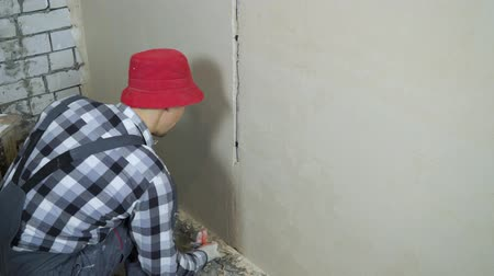 doldurmak : plastering process at house renovation site with free space Stok Video