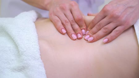 toalha : closeup of female hands doing anti cellulite massage on abdomen of young woman