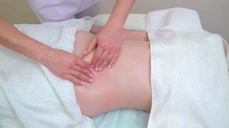 целлюлит : female masseur hands doing anti cellulite massage on abdomen of young woman Стоковые видеозаписи