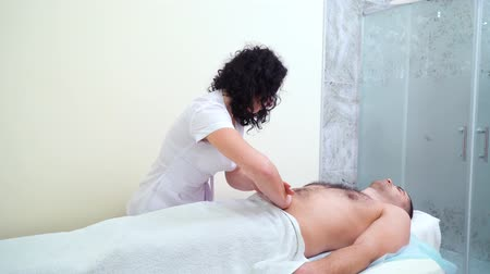 não barbeado : beautiful female therapist doing relaxing massage on male abdomen in spa salon