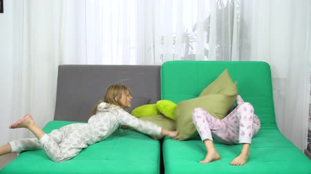 yatak kıyafeti : pillow fight of two little girls