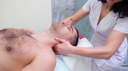 não barbeado : female therapist massaging shoulders and neck of male customer in spa salon Vídeos
