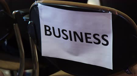 área de trabalho : closeup of business note on empty chair in meeting room