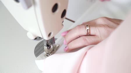 punto maglia : closeup of neat hands of young woman sewing fabric with sewing machine Filmati Stock