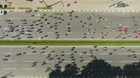 конкурировать : aerial top view of cyclists at professional bike road race on city streets Стоковые видеозаписи