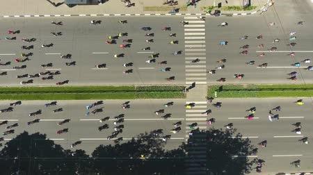 конкурировать : aerial top down of city road with plenty of cyclists riding their bikes Стоковые видеозаписи