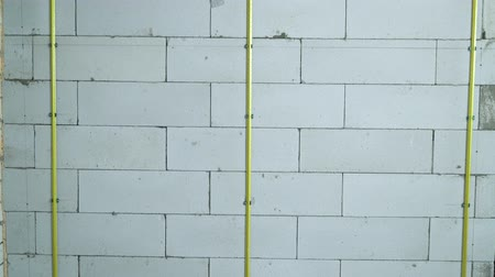 зажим : tilt up of metal rails fixed to aerated concrete block wall with clamps