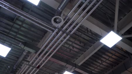 çinko : industrial hvac system pipes and lamps on ceiling of big shopping center