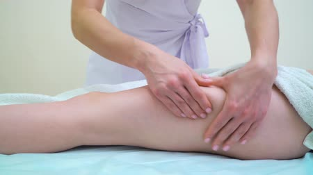 coxa : female masseur massaging woman thighs for anti cellulite treatment Stock Footage