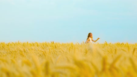saçlı : Young red haired woman running in wheat field