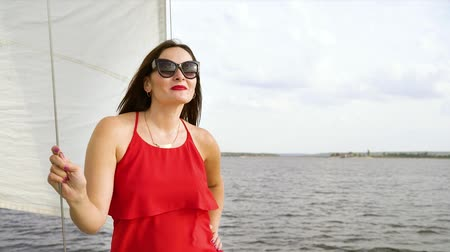 modelagem : Woman in sun glasses modeling on sailing boat Vídeos